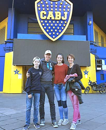 Familie vor Stadion