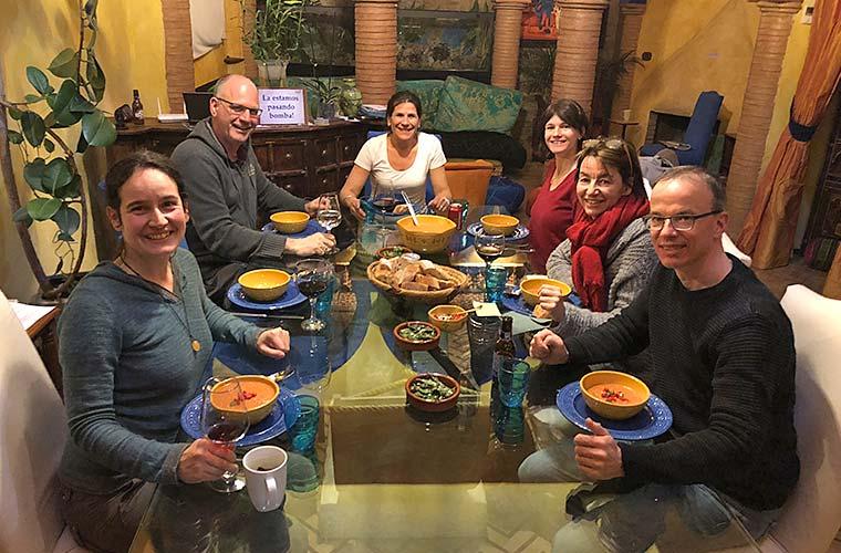 Gruppe beim Essen in Restaurant