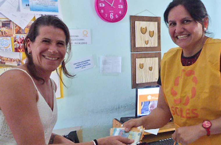 María Soledad Berghoff und Frau beim bezahlen