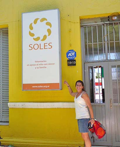 María Soledad Berghoff mit Schild